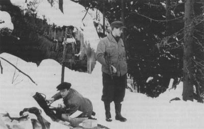 Biletet syner radiostasjonen «Kari», som var lokalisert i Oslomarka, og den betente sentralleiinga i Milorg frå våren 1943 til frigjeringa. Vel tusen telegram vart sendt herfrå til Stockholm dei ti siste krigsmånadene. (Kjelde: NorgesLexi)