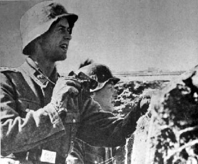 Veteran frå Legionen, Legions-Hauptscharführer, Bjørn Østring i skyttergrava ved Leningrad-fronten. Østring deler det norske offiserskorpset i Legionen inn i to grupper: dei som høyrer til NS og dei som ikkje høyrer til NS. Han går ut frå at det var sistnemnde offiserar, med sine svake holdningar, som gjorde at tyskarane den første tida av Legionens eksistens kunne tilrøva seg såpass mykje makt som dei gjorde. (Kjelde: www.frontkjemper.info)