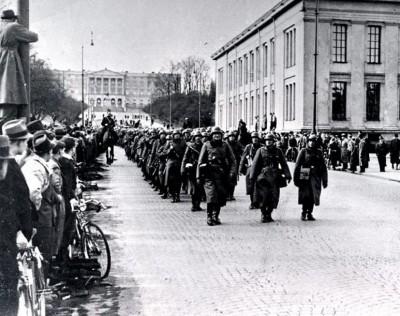 Nazistiske, tyske soldatar marsjerer nedover Karl Johans gate i Oslo 9. april 1940. (Kjelde: Wikipedia)
