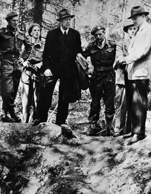 Leiaren for Nasjonal Samling, Vidkun Quisling, blei etter krigen dømd for landssvik og avretta ved skyting den 24. oktober 1945. Her er han fotografert ved ei massegrav den 19. august same året. (Kjelde: Corbis)